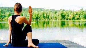 Persona practicando Yoga en la naturaleza