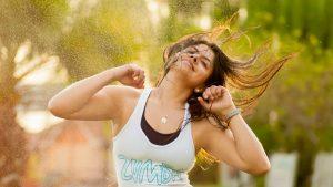 Mujer practicando una actividad de danza fitness o zumba