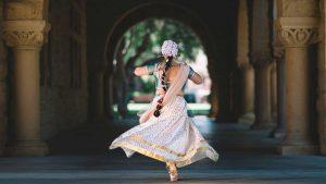 Mujer bailando una danza de la India