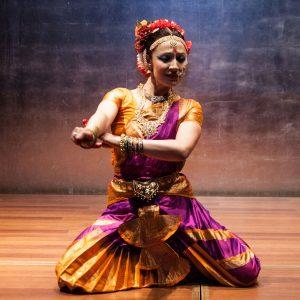 Mujer prácticando danza clásica India