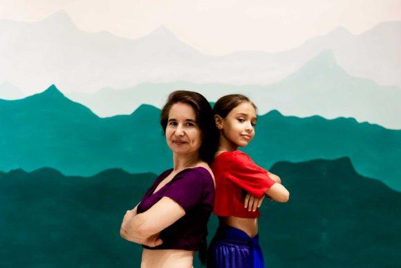 Profesora y alumna practicando danza Bollywood infantil