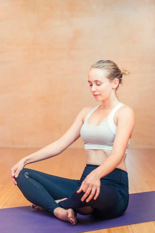 profesora yoga en meditación