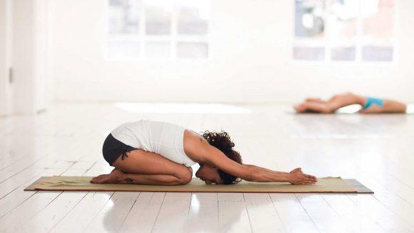 Mujeres realizando asana de Yoga